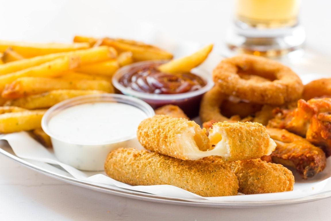 Frituras: papas, dedos de queso, aros de cebollla